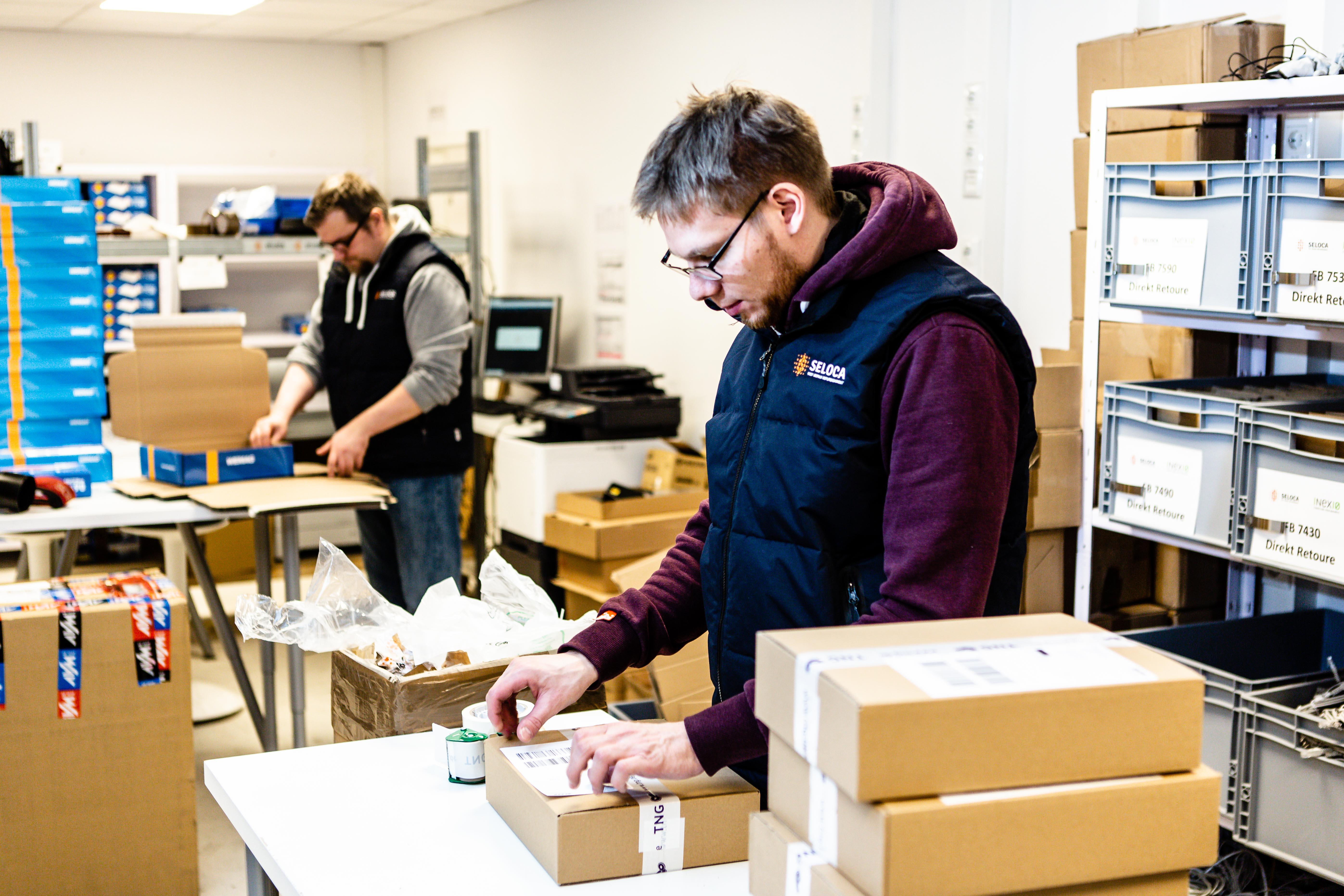 Derzeit bereitet Seloca an vier Kommissionierstationen täglich zwischen 500 und 1.000 Pakete vor und versendet diese an die Endkunden seiner Auftraggeber, © Seloca GmbH, Foto: Frank Molter